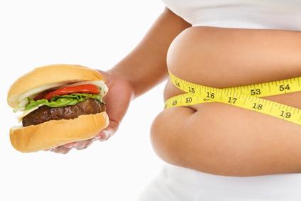 tyk mave med burger i hånden
