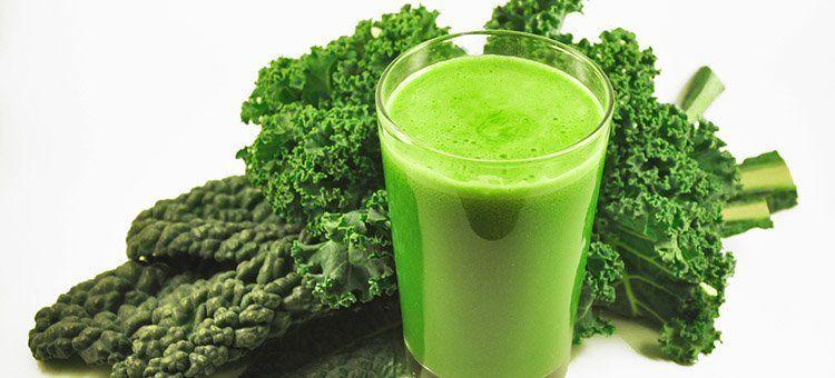 kål og glas med grøn juice
