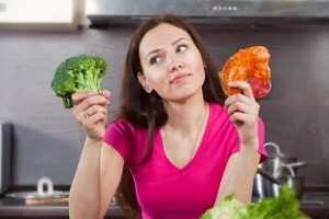 kvinde i køkken med grønsag og kylling