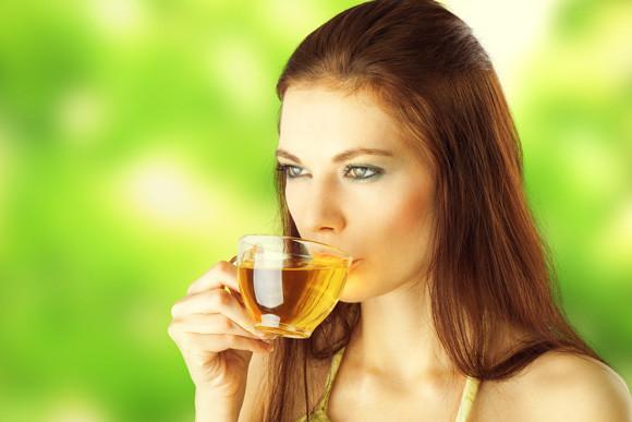 ung kvinde der drikker te