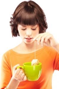 ung kvinde der laver en kop te til vægttab