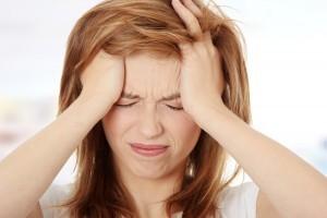 pige med hovedpine