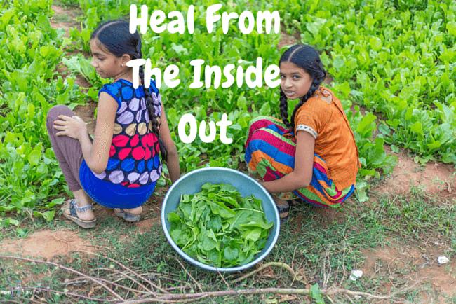 2 piger der plukker grønt
