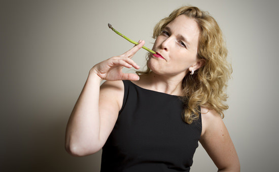kvinde der ryger aspargs med fiber