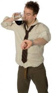 mand der drikker kaffe fra kaffekande