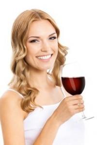 blondine med et glas vin med Rødvinsekstrakt