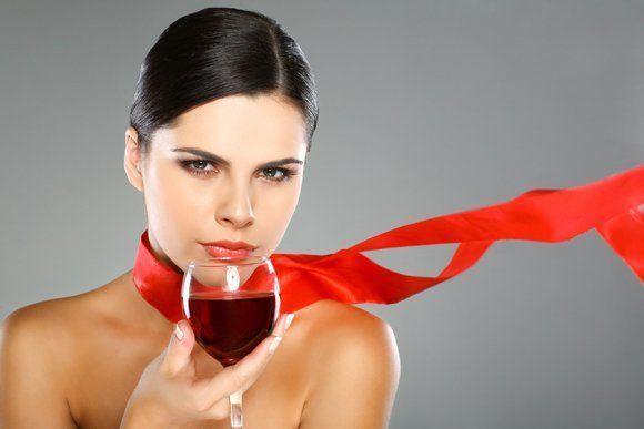 ung kvinde med et glas rød vin