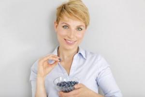 kvinde der spiser blåbær