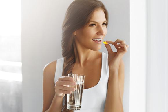 kvinde der tager fiskeolie mod inflammation