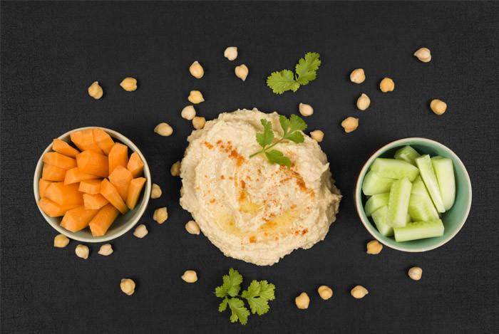 hummus og gulerødder agurk i skål