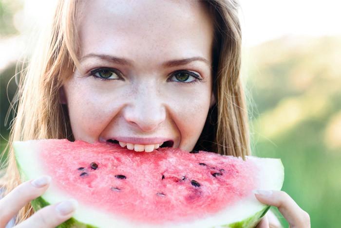 pige der spiser vandmelon