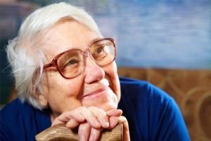 gammel kvinde med alzheimer