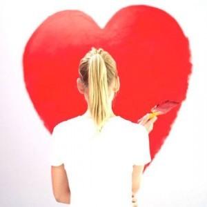 kvinde der maler et sundt hjerte