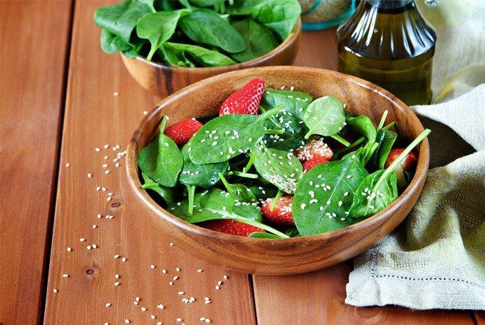 spinat salat med jorbær