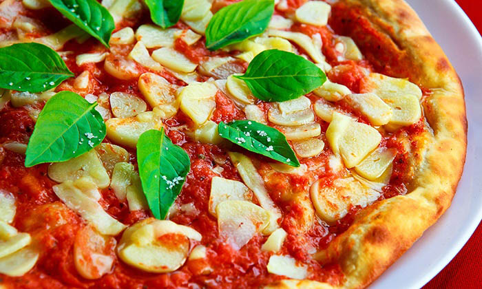 skåret og presset hvidløg på pizza
